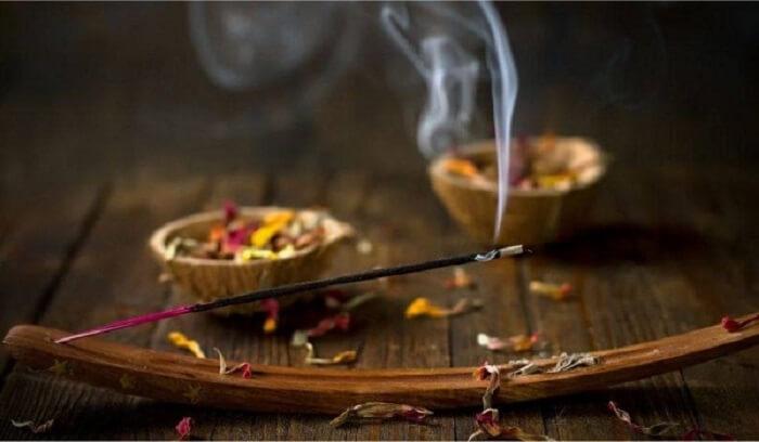 Đốt hương và dược liệu thơm giúp xua đuổi tà ma cũng như vận đen cho gia chủ